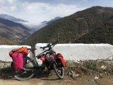Auch der Kaukasus ist kein Hindernis: Andrea Freiermuth gönnt sich und ihrem E-Bike eine Pause - irgendwo in Armenien.