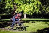 Knappes Gepäck, fest verzurrt an einem schnellen, geländegängigen Rad - so kann das kleine Fahrradabenteuer nach Feierabend starten.