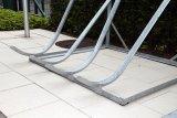 Die unten gebogenen Schienen geben dem Fahrrad festen Halt und ermöglichen ein einfaches Einschieben.