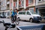 Beim Stadtrad nach wie vor beliebt: aufrechte Sitzposition und tiefer Einstieg. Das gilt auch für E-Bikes bzw. Pedelecs.