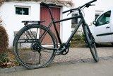Das Wechseln eines platten Reifens ist auch bei Rädern mit Riemenantrieb problemlos möglich.