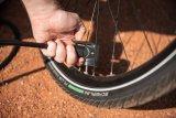 Beim Aufpumpen mithilfe einer Minipumpe ist es sinnvoll, das Rad vorher so zu drehen, dass das Ventil unten steht. So lässt sich die Pumpe nach unten drücken und das unvermeidliche Hin und Her bringt das Fahrrad nicht ins Wanken.