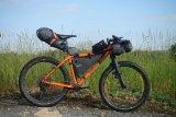Bikepacking: Auf einem entsprechend belastbaren Fahrrad lässt sich in sogenannten Rahmentaschen einiges an Gepäck unterbringen, ohne dass das Fahrverhalten leidet.