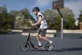 Der Tretroller ist immer noch das ideale Einstiegsfahrzeug in die Welt der Zweiräder. Damit lernt sich das typische Balancieren und Kurvenfahren schnell und sicher - der Fuß ist immer ganz nah am Boden.