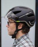 Wenn der Helm gut sitzt und die Riemchen richtig eingestellt sind, ist er beim Tragen kaum zu spüren.