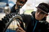 Mit diesem speziellen Profilschneider können Mountainbiker ihr Reifenprofil individualisieren. So lässt sich etwa ein grobstolliges Profil offener gestalten; rund gefahrene Profilblöcke können wieder mit scharfen Kanten versehen werden.