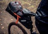 Man sieht ihr nicht an, wieviel Gepäck sich in einer Bikepacking-Satteltasche unterbringen lässt. Zudem schützt sie den Rücken vor emporgeschleudertem Dreck und Nässe.