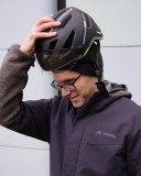 Damit die Mütze drunterpasst muss der Helm neu eungestellt werden. Die kleine Mühe lohnt sich.