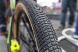 """Für den sportlich-spielerischen Einsatz auf sandigen Tracks ausgerichtet ist der Reifen """"Billy Bonkers"""" von Schwalbe. Er bietet geringes Gewicht, hohe Traktion auf losem Untergrund und Abrollkanten in der Profilmitte für höhere Rollgeschwindigkeiten."""