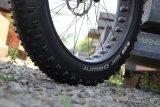Vier Zoll Breite und ein riesenhaftes Luftvolumen machen den Fatbike-Reifen extrem griffig und komfortabel.