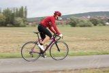 Kühler Wind und gelegentliche Nässe von oben müssen die Rennradtour nicht ausbremsen. Der Temperatur angepasste Funktionsbekleidung ist dieser Herausforderung gewachsen.