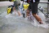 In der Wildnis sind Flussquerungen nicht selten. Gut, wenn man sich da unbesorgt auf seine Packtaschen verlassen kann.