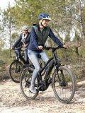 Schotterstrecken sind anstrengender zu fahren als Asphalt; da ist es von Vorteil, wenn man ein E-Bike hat.
