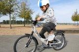 """Das Fahrrad passt, rundherum ist viel Platz, und der Helm sitzt auch gut: Ideale Bedingungen für die ersten Padalumdrehungen """"ganz alleine""""! Wieviel Spaß das macht, ist hier deutlich zu sehen."""