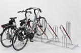 Die hohen, ummantelten Stützbügel eignen sich hervorragend zum Anschließen der hier geparkten Fahrräder.