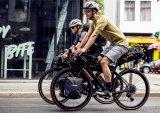 Kleine Taschen, gut komprimiert und eng am Rad verzurrt - so sieht ein Bikepacking-Outfit aus.