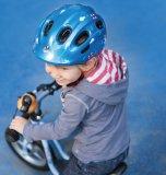Kinder sollten bereits von Beginn an einen Helm tragen.