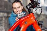 """Klein, aber fein: Sicherheitsspezialist Abus bietet mit der """"Alarmbox"""" ein Gerät, das am Fahrrad befestigt wird und nach dem Anschalten Bewegungen des Rades mit lauten Alarmtönen quittiert. Unbemerktes Klauen wird ganz schön schwer!"""