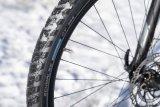 Mit angepasster Bereifung durch die wechslenden Jahreszeiten zu rollen ist auch für Radfahrer eine Frage der Sicherheit. Die Auswahkl an besonders wintertauglichen Reifen wächst.