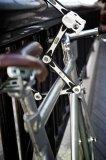 Mit einem langen Faltschloss ergeben sich zahllosen Möglichkeiten, das Fahrrad festzuschließen. Und wer viel im Alltag unterwegs ist, stößt auf die unterschiedlichsten Abstellplätze!