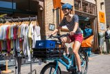 """Unkompliziert transportieren können - das ist ein riesiger Vorteil von """"kleinen"""" Lasträdern in der Stadt."""