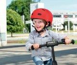 """Tretrollerfahren macht einfach Spaß! Der """"Sicherheitsfuß"""" ist schnell auf der Erde, und die Abstoßbewegung sorgt unmittelbar für Vortrieb. Und das Helm tragen kann auch gleich mit geübt werden."""