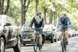 Wetterdichte Radbekleidung sollte gute Belüftungsmöglichkeiten bieten, etwa Reißverschlüsse an den Ärmeln. Sonst wird sie schnell zu warm, wenn die Sonne mal rauskommt.