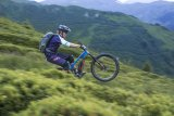 """Gut konzipierte Mountainbikes mit Pedelec-Antrieb wie dieses """"E-Whaka"""" von Stevens machen auf jedem Trail bella figura. Und wenn man den Manual, das Surfen auf dem Hinterrad, einmal beherrscht, spielt auch das Gewicht des Rads keine Rolle mehr."""