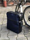 """Schön speziell: In ihren Maßen genau auf Nutzer eines Brompton-Faltrades zugeschnitten ist diese Packtaschen/Rucksack-Kombination aus Recycling-Material. Trägt sich gut auf dem Rücken und passt beim aufgebauten Rad exakt über das Vorderrad (Modell """"Bote"""" von Fahrer Berlin)."""