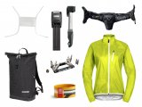 Das Wichtigeste an Ausrüstung für Fahrradpendler: Kopfschutz (hier: Airbag-Halstuch), wetterfeste Jacke, Hosenbeinklammer, Luftpumpe und Mini-Tool, Schloss und regendichte Tasche.
