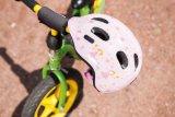 Auch beim Laufradfahren sollte der Helm nicht fehlen. Man glaubt ja kaum, wie oft die kleinen Piloten abschmieren...