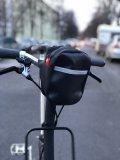 """Eine pfiffige Radfahrer-Handtasche namens """"Komplize"""" kommt von Accessoire-Spezialist Fahrer Berlin. Sie lässt sich am Lenker, Sattel oder Rahmenrohr befestigen, aber auch am Gürtel oder über der Schulter tragen. Material: recycelte Planen und Polyester aus recycelten PET-Flaschen."""