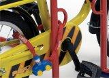 Kinder sollten früh lernen, Verantwortung für ihr Rad zu tragen - etwa durch sicheres Anschließen an den Fahrradständer.