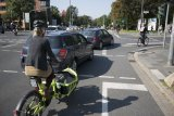 Gerade beim Abbiegen kommt es immer wieder zu Konflikten zwischen Radfahrern und Autofahrern.