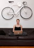 Dank praktischer Wandhalterungen lässt sich das Fahrrad sicher und platzsparend in der Wohnung verstauen.