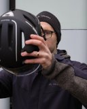 Wenn es kalt wird und eine Mütze nötig wird, sollte man die Pads im Helm entsprechend anpassen.