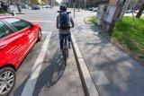 Ja, Fahrräder dürfen Autos rechts überholen, etwa vor einer Ampel. Das gilt auch, wenn zwar kein Fahrradweg, aber ausreichend Platz vorhanden ist und sich der Fahrradfahrer entsprechend vorsichtig verhält.