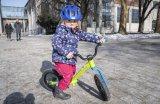 """Auch ein Laufrad für die ganz Kleinen kann es schon in sich haben. Das """"Trail Balance 12"""" mit seinen 12 Zoll-Rädern von Cannondale zum Beispiel hat eine einseitige sogenannte Lefty-Gabel - ganz wie die großen Mountainbikes der Marke. Allerdings ungefedert."""