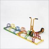 Solche speziellen Abstellanlagen für Kinderräder und -fahrzeuge finden sich vor zahllosen Kitas.