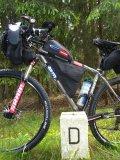Zwei Räder, zwei Länder: Mit dem Fahrrad ins benachbarte Ausland vorzudringen, ist immer ein kleines Abenteuer - auch wenn das Gras auf der anderen Seite auch nicht grüner ist...