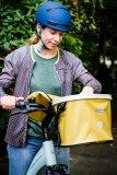 """Schick und praktisch: ein Fahrradkorb mit wasserdichtem Textildeckel und -bezug zur Lenkermontage. Taschenspezialist Ortlieb bietet die Modellreihe """"Up-Town"""" ab Frühjahr 2020 in verschiedenen Designs an."""