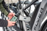 """Im Winter besonders praktisch: Das Smartschloss Abus """"Smart X"""" lässt sich ohne Schlüssel bedienen. Auch das Smartphone darf gern in der Tasche bleiben."""