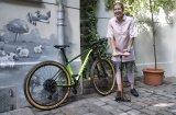 """Eine gute Standpumpe (hier das Modell """"Airworx"""" von SKS) gehört in jede Fahrradgarage. Denn nichts tut dem Rad besser als der optimale Druck in den Pneus."""