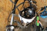 Selbstverständlich sind Fahrradhelme als Bestandteile einer persönlichen Schutzausrüstung Tests und normierten Belastungsanforderungen unterworfen. Die jeweils erfüllten Normen sollten am Helm vermerkt sein.
