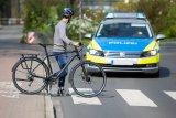 Alles richtig, Herr Schutzmann: Das Auto muss am Zebrastreifen anhalten und den Fußgänger passieren lassen, der hier ein Fahrrad mit sich führt. Würde er sein Fahrrad allerdings fahren, dürfte er dieses Vorrecht nicht in Anspruch nehmen.