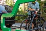 Diese stabile Abstellanlage bietet auf dem Parkraum eines Autos fünf Bügel zum Anschließen von Fahrrädern! Und sie zeigt es auch.