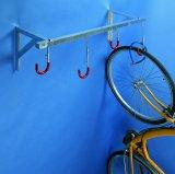 Eine platzsparende Möglichkeit, Fahrräder im Keller unterzubringen, bietet dieser Wandhalter.