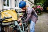 """Prima für den kleinen Einkauf: ein Fahrradkorb mit wasserdichtem Textildeckel und -bezug zur Lenkermontage. Taschenspezialist Ortlieb bietet die Modellreihe """"Up-Town"""" ab Frühjahr 2020 in verschiedenen Designs an."""
