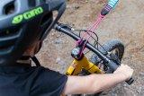 Mit der beigefügten Schlaufe lässt sich dieses Abschleppseil für Fahrräder leicht am Gabelkopf befestigen.