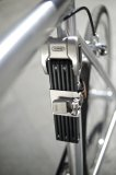 Schön sicher: Mit klassischer Optik und hoher Stabilität passt dieses Faltschloss perfekt zum schicken Urban-Bike. Ein Highlight ist der Halter aus Stahl im Retro-Look.